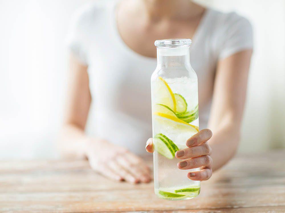 Le dermatologue boit beaucoup d'eau pour garder une belle peau.