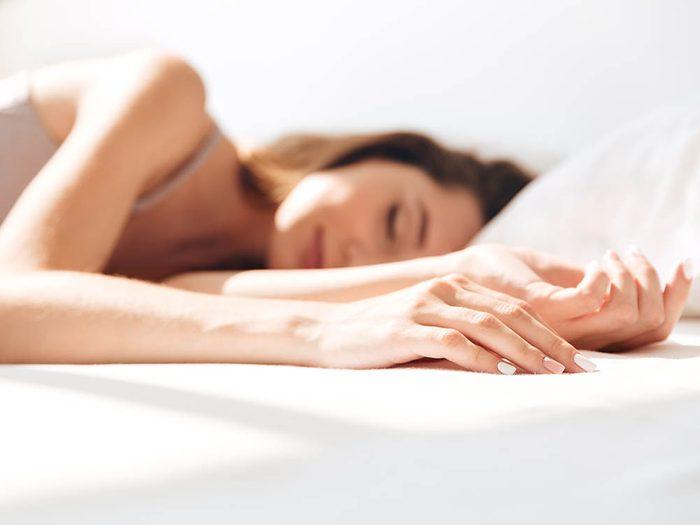 Conseil de dermatologue: changez de position en dormant.