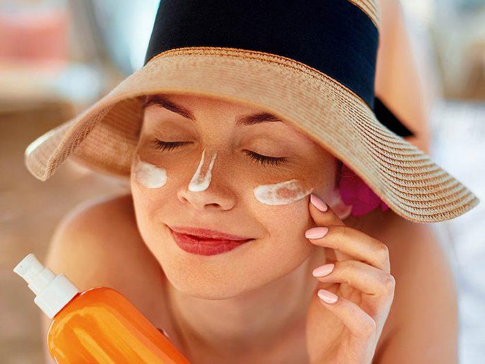 Votre dermatologue vous conseille de commencer par appliquer de la crème solaire avant de vous maquiller.