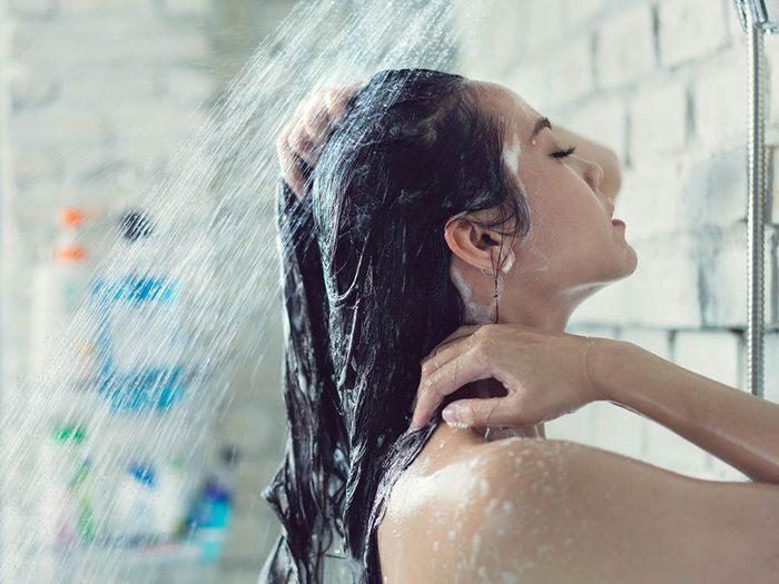 Le dermatologue déconseille les longues douches chaudes.