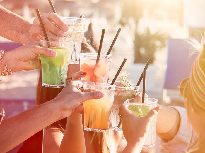 Conseil de dermatologue : l'excès d'alcool est mauvais pour la peau.
