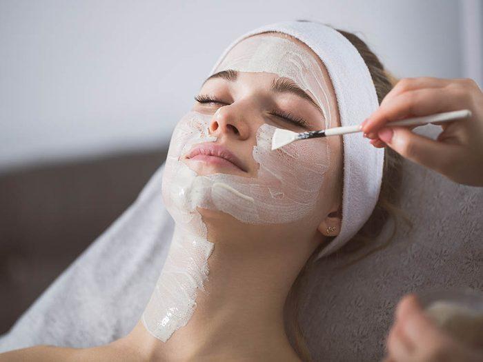 Votre dermatologue vous dira de ne pas exfolier votre visage tous les jours.