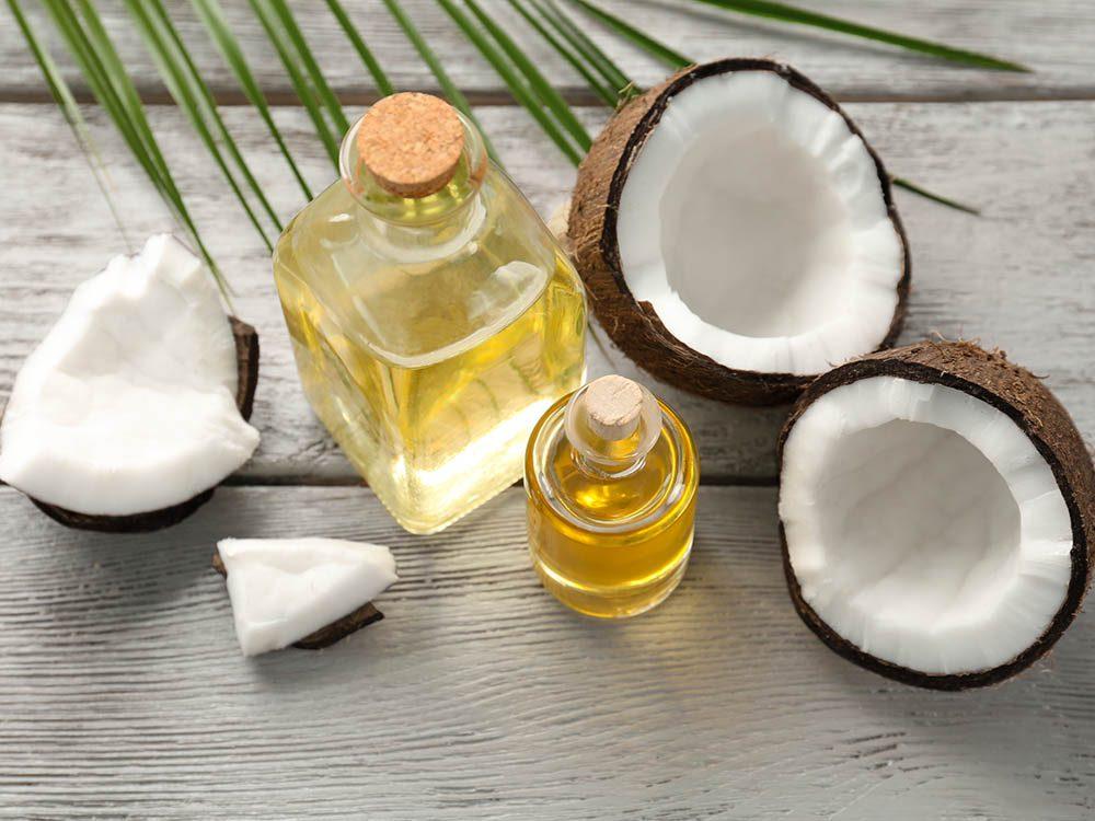 Le dermatologue recommande l'utilisation de l'huile de coco pour traiter les vergetures.