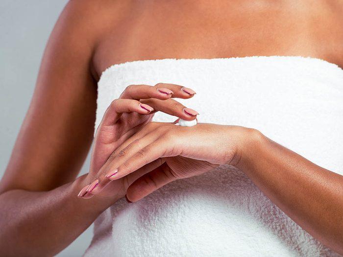 Le dermatologue recommande de s'hydrater les mains tous les jours.