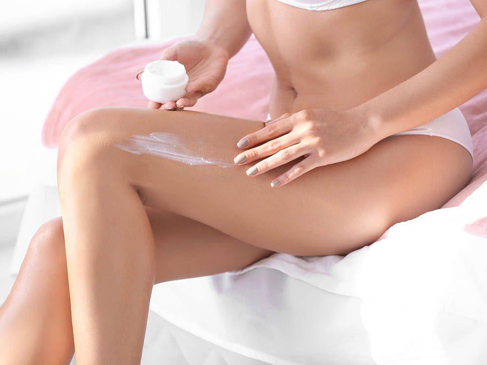 Conseil de dermatologue : hydratez votre peau généreusement pour éviter les vergetures.