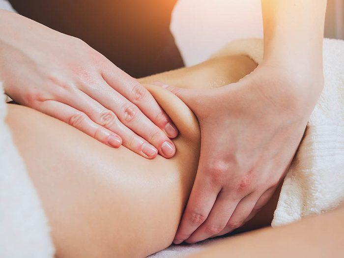 Astuce de dermatologue : le massage est un bon moyen de lutter contre les vergetures.