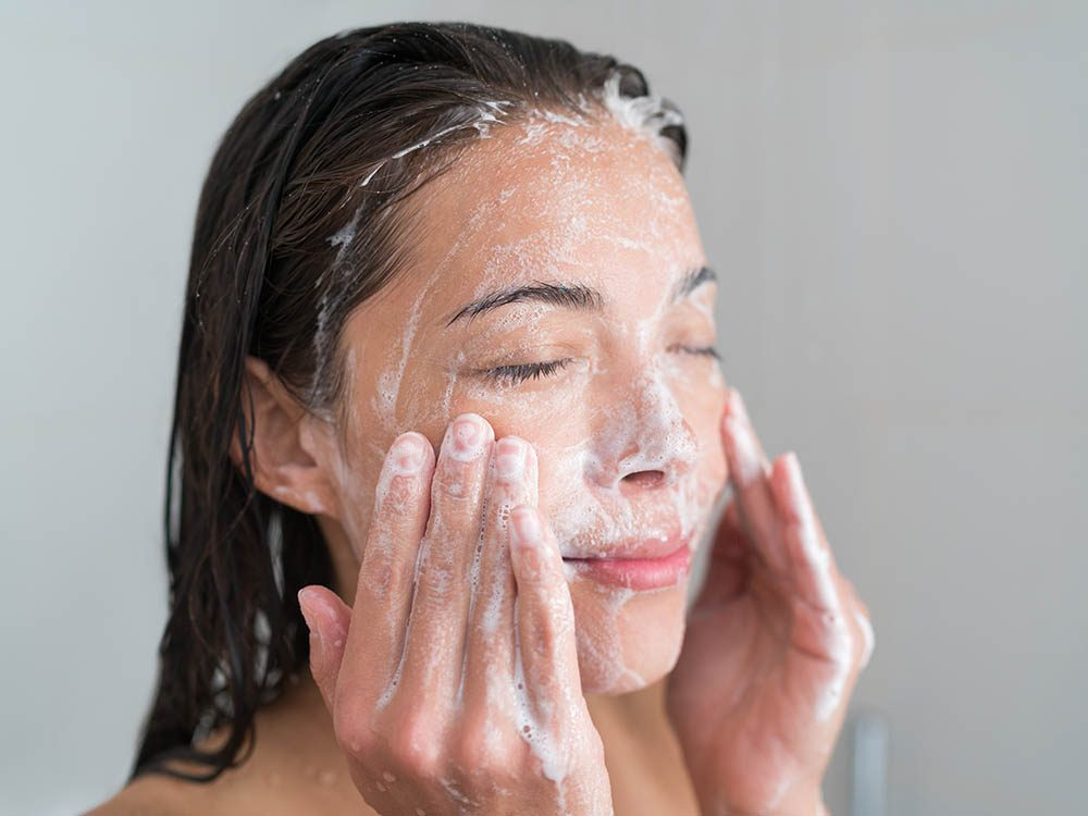 Le dermatologue recommande de changer de nettoyant en hiver.