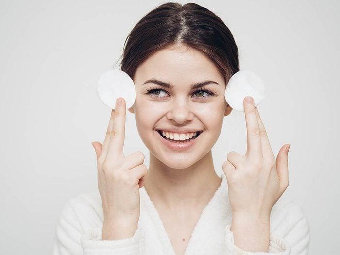 Conseil de dermatologue: nettoyez votre visage religieusement.