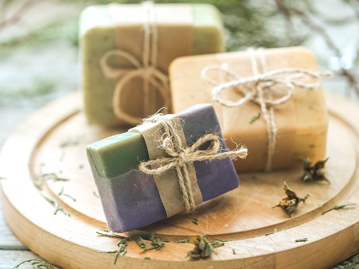 Conseil de dermatologue : le pain de savon est une bonne solution pour la peau.