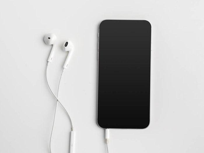Conseil de dermatologue : utilisez des écouteurs pour parler au téléphone.
