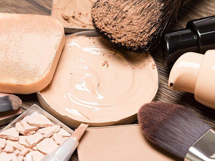 Votre dermatologue recommande d'utiliser des produits de maquillage avec une base minérale.
