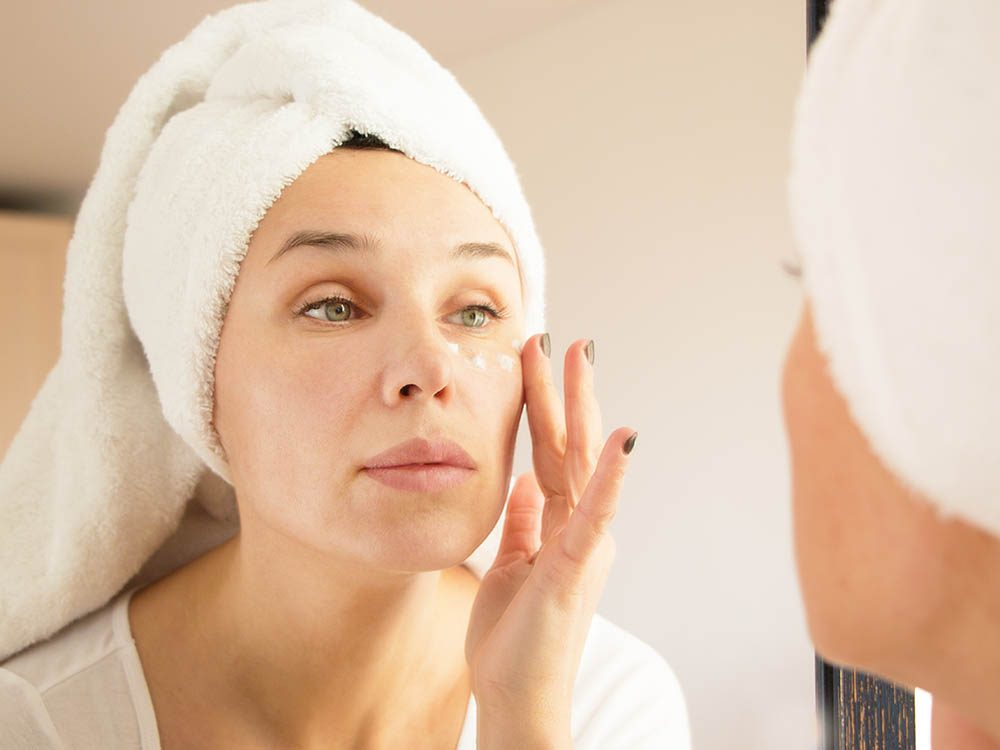 Votre dermatologue recommande d'utiliser un soin spécial pour le contour des yeux.