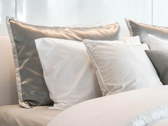 Le dermatologue recommande d'utiliser des taies d'oreiller en satin pour avoir une belle peau au réveil.