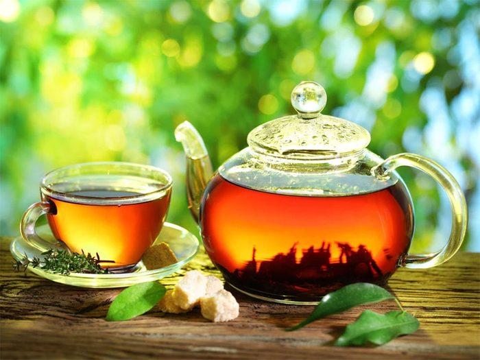 Boire des infusions aux effets dépuratifs permet de détoxifier son corps naturellement.