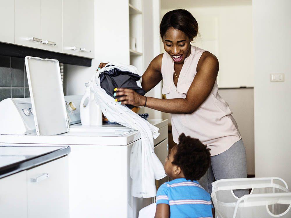 Passez du temps en famille en faisant les tâches ménagères ensemble.