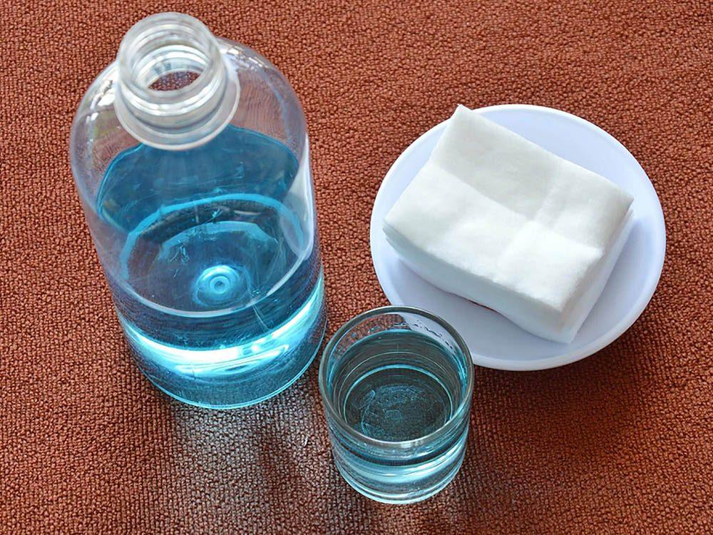 Pour enlever les taches sur les tapis, essayez l'ammoniaque.