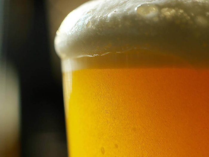Pour enlever les taches sur les tapis, utilisez de la bière.