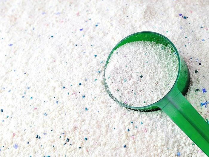 Pour enlever les taches sur les tapis, essayez le borax.