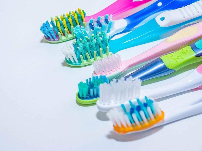 Pour enlever les taches sur les tapis, frottez avec une brosse à dents.