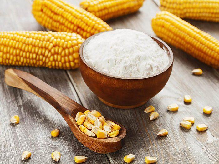 Pour enlever les taches sur les tapis, utilisez de la fécule de maïs.