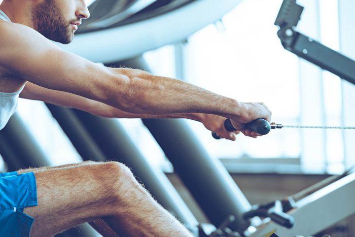 Au gym, essayez l'appareil d'Indo-Row.