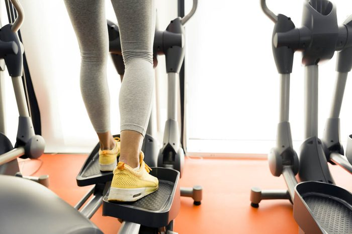 Au gym, le simulateur d'escaliers est très efficace pour maigrir.