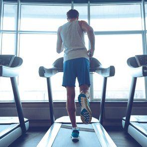 Au gym, essayez le tapis roulant pour un entrainement efficace.