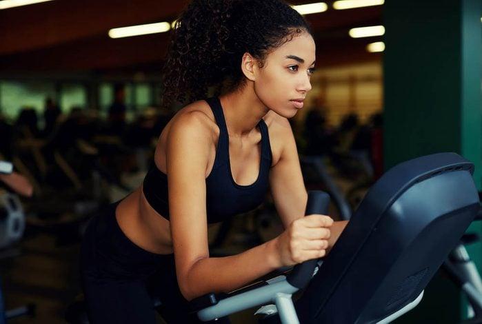 Au gym, faites du cardio vélo, aussi appelé vélode spinning, pour maigrir.