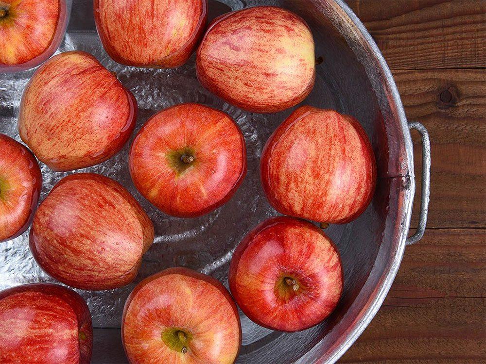 Le jeu de la pomme, typique de l'Halloween, dans l'eau est né en Grande-Bretagne.