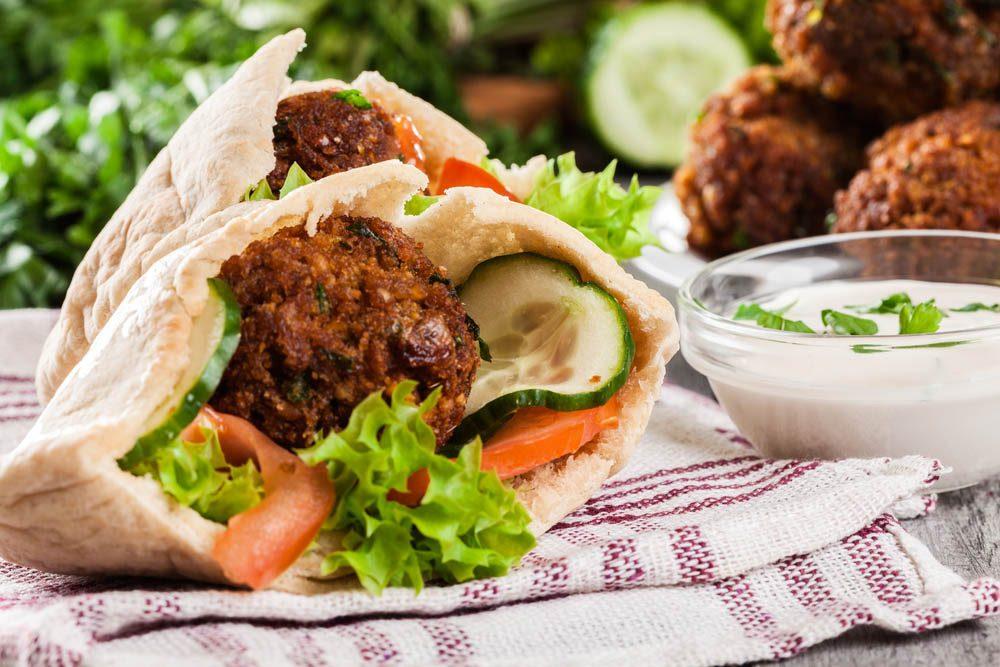 Lundi sans viande : savourez une recette de falafels au riz à la sauce tahini.