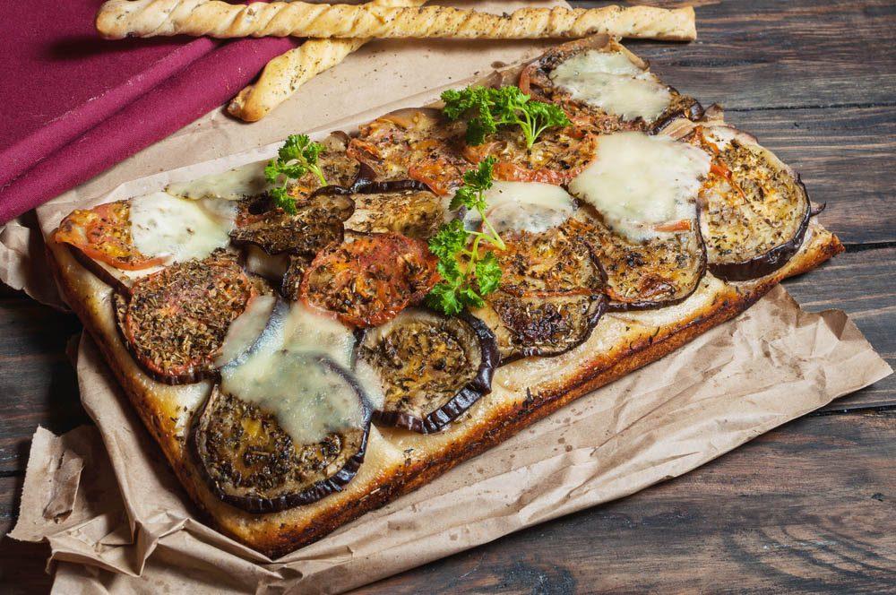 Lundi sans viande : dégustez cette recette de focaccia à l'aubergine.