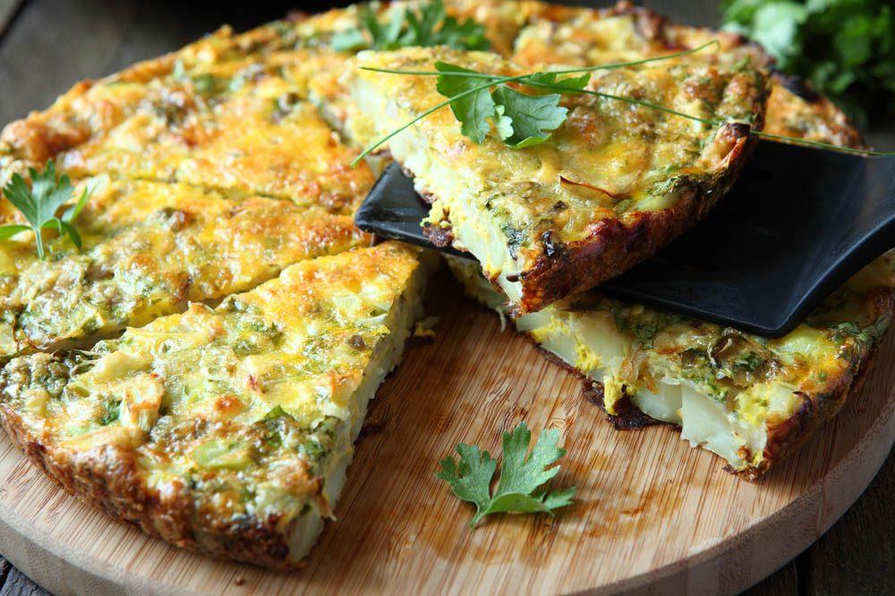 Lundi sans viande : dégustez une tortilla à la courgette et à l'oignon.