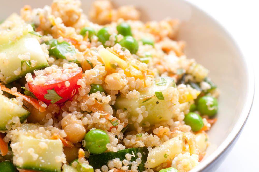 Lundi sans viande : optez pour une salade nutritive au quinoa et pois chiches.