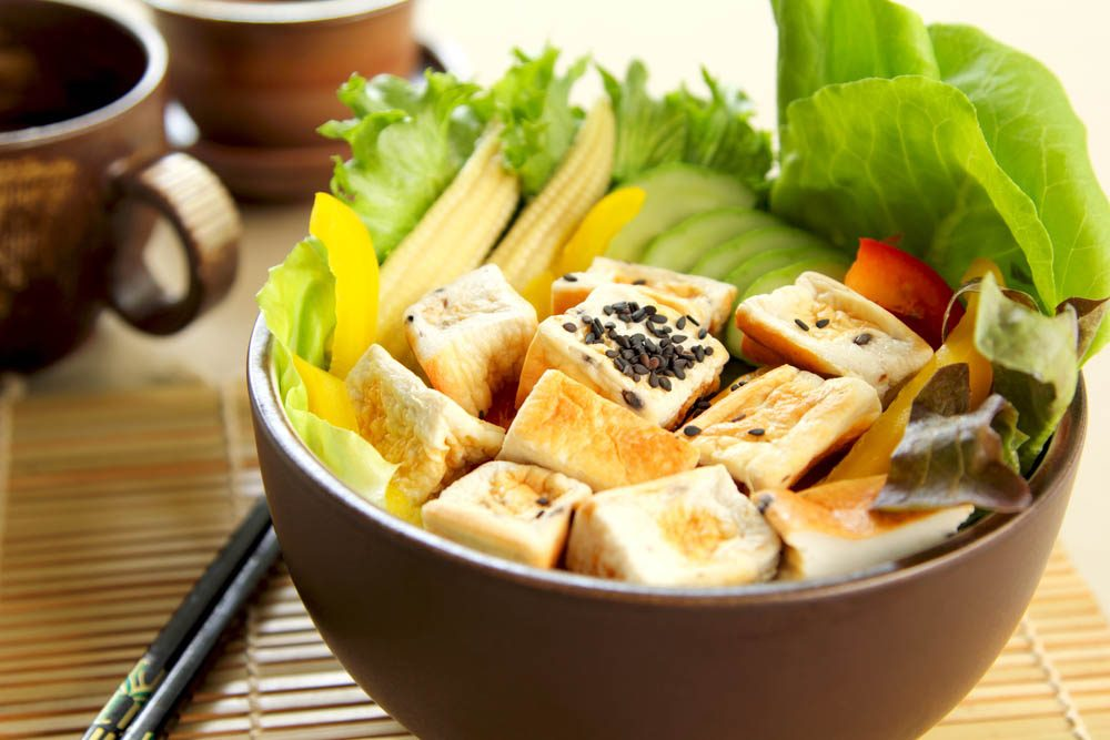 Lundi sans viande : essayez cette salade de tofu grillé.