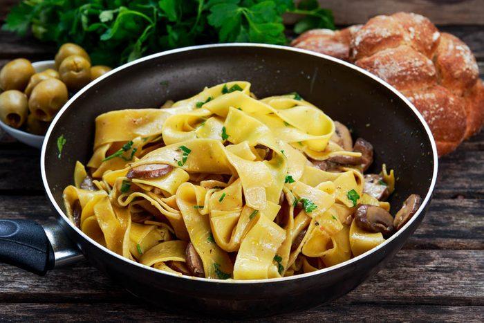Meilleures recettes de pâtes : pappardelles aux foies de volaille et au porto.