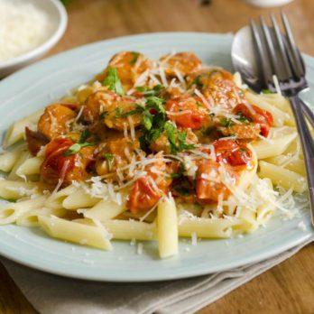 Penne à la saucisse de dinde et au poivron rouge dans une sauce aux tomates crémeuse