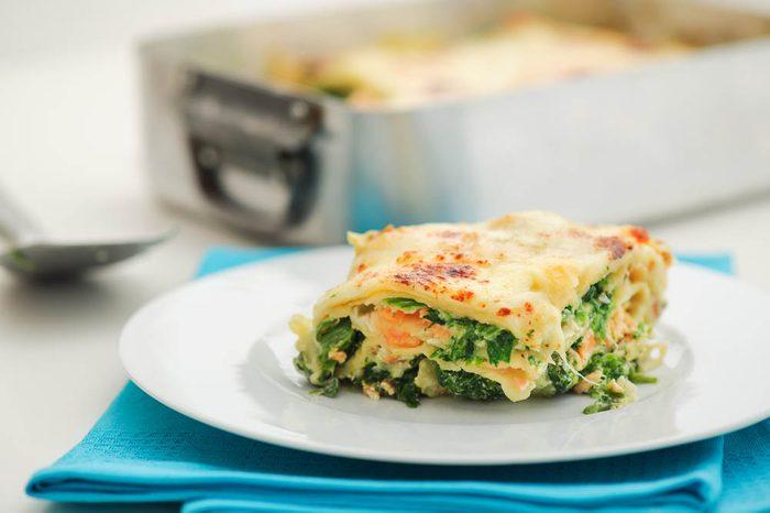 Meilleures recettes de pâtes : lasagnes au saumon et aux asperges vertes.