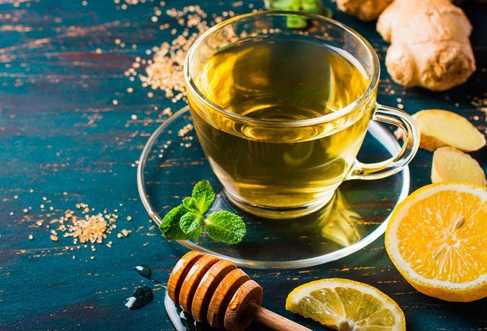 Stimulez votre métabolisme avec de l'eau chaude citronnée.
