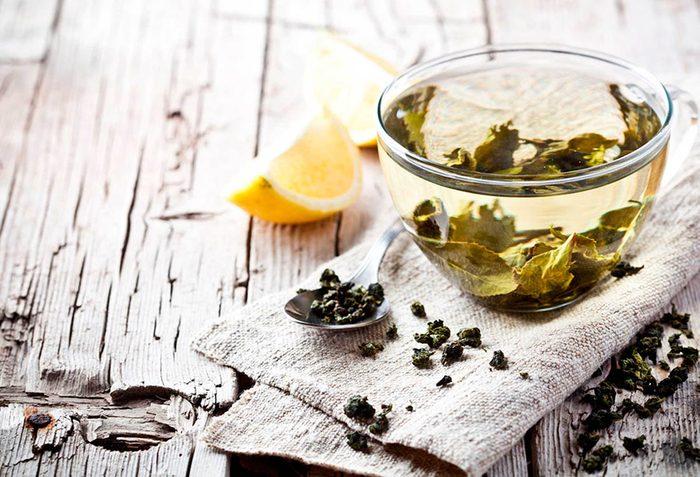 Fortifiez votre métabolisme en buvant du thé vert.