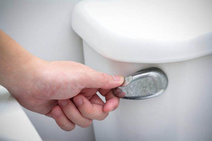 Les microbes se propage dans toute la pièce si vous laissez le couvercle des toilettes relevé.