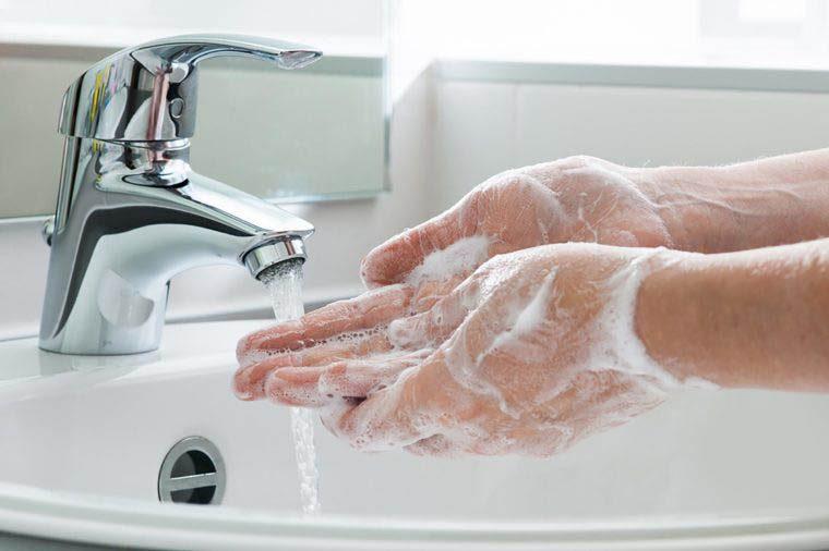 Pour éliminer les microbes, lavez-vous correctement les mains.