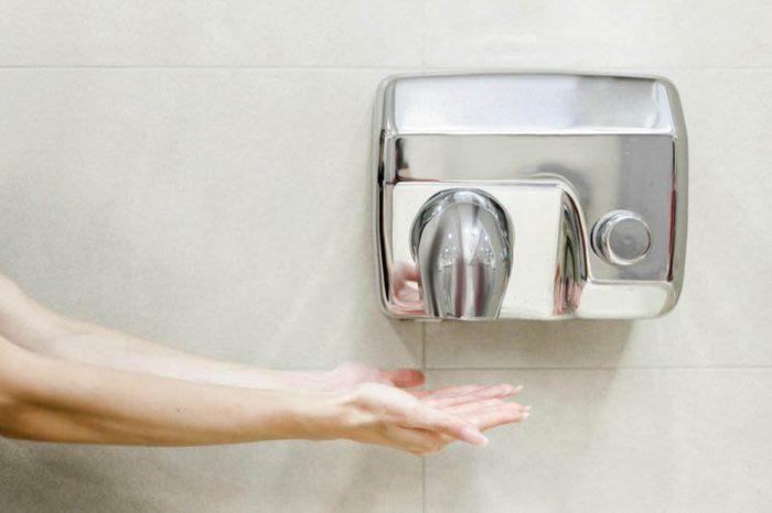 Les microbes sont dispersés par les sèche-mains à air.