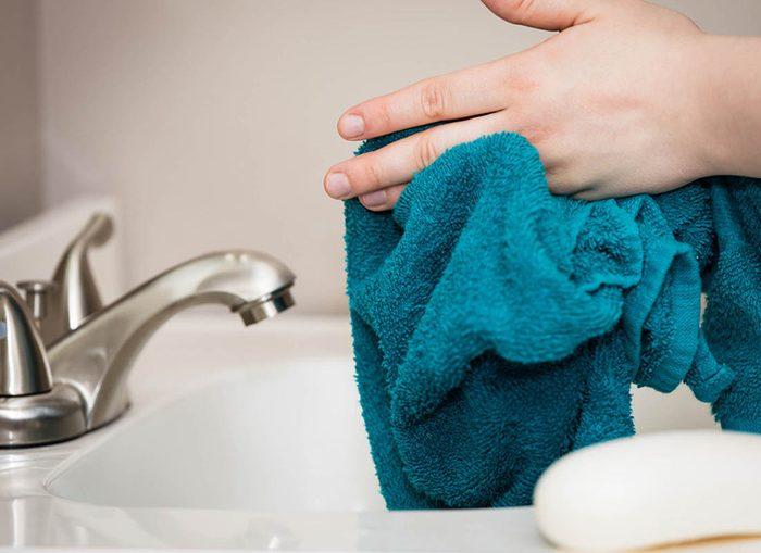 Évitez le partage de microbes en attribuant à chaque membre de la famille sa propre serviette à mains.