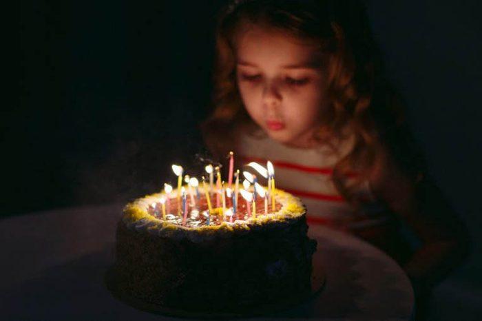 Des microbes risquent de se propager sur votre gâteau en soufflant vos bougies.
