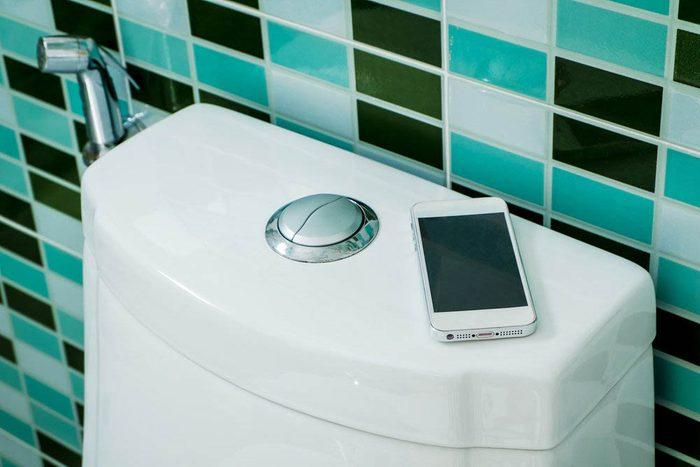 Les microbes se propage dans l'air lorsque vous êtes aux toilettes.