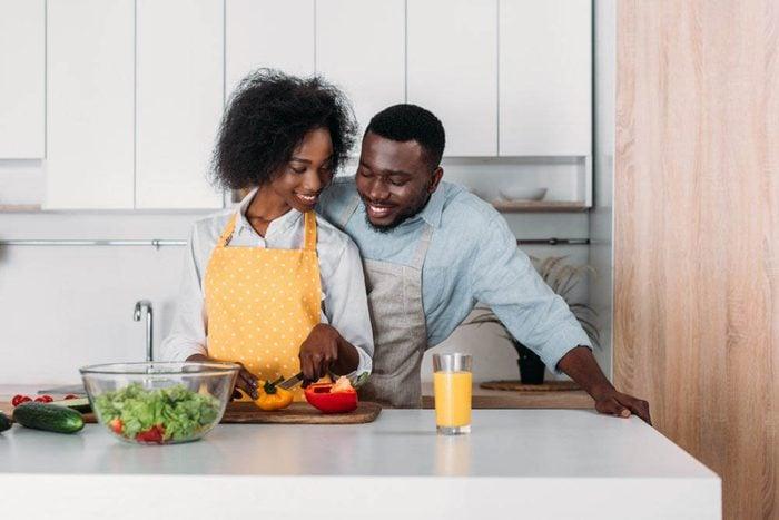 Pour perdre du poids, mangez plus souvent à la maison.
