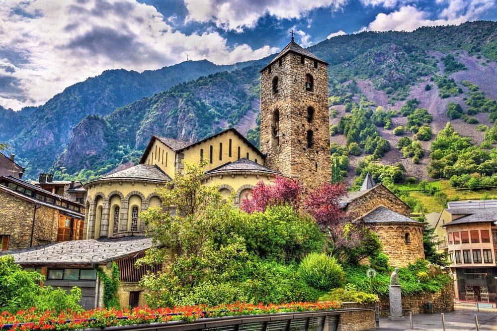 Le petit pays d'Andorre est coincé entre la France et l'Espagne.