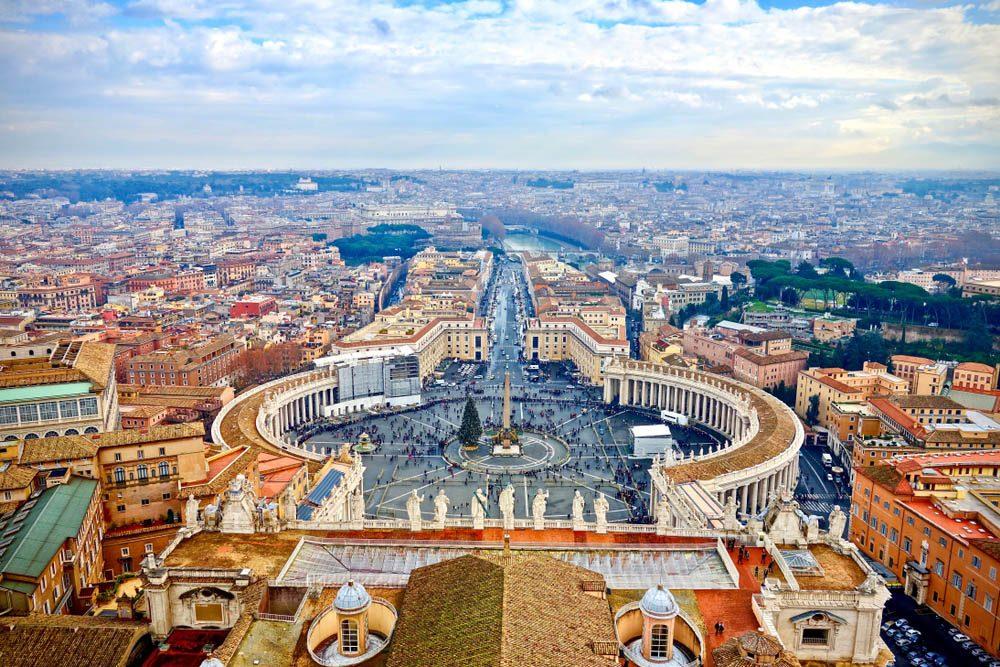Le petit pays du Vatican est une ville-État situé dans la ville de Rome.