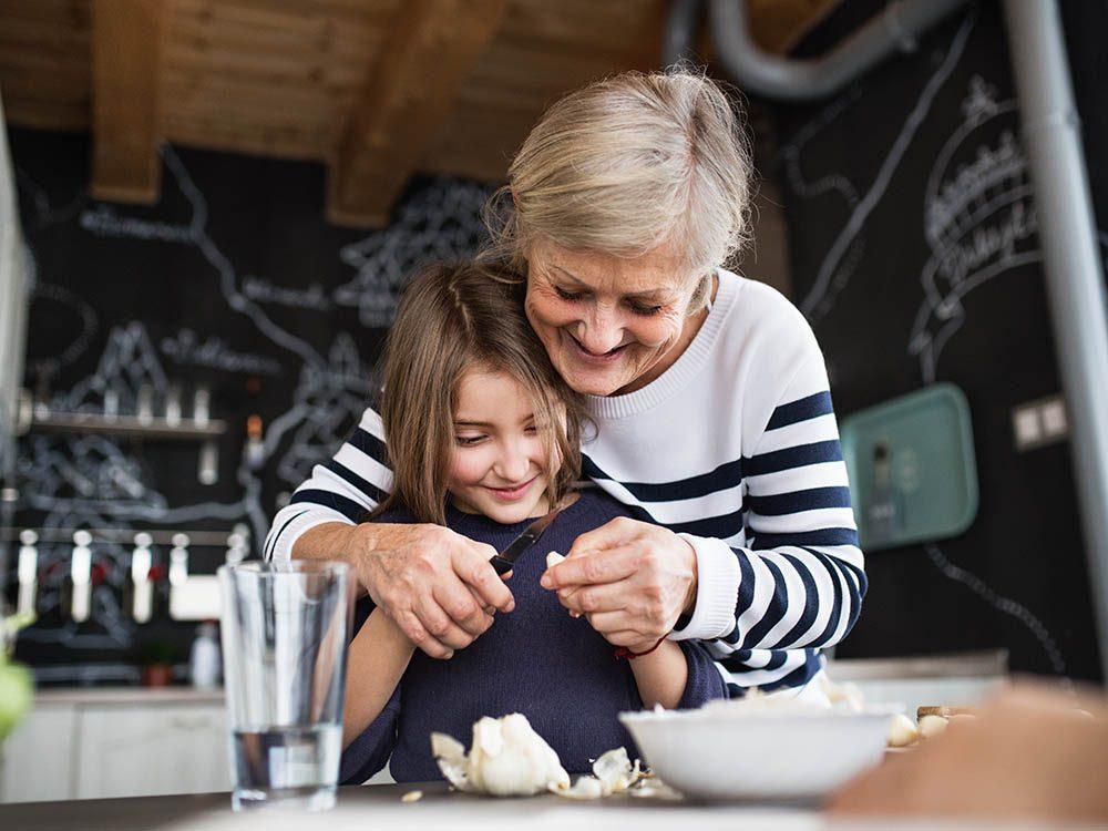 Les petits-enfants peuvent aider aux tâches ménagères.