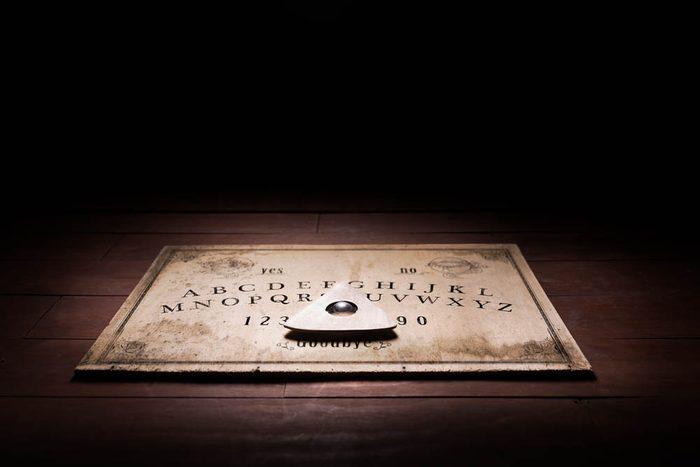 Une femme du New Jersey fait l'expérience de la planche de Ouija seule.